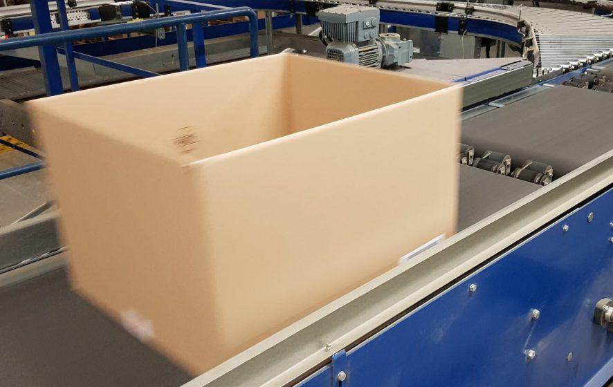 Een doos wordt getransporteerd over een zipp sorter