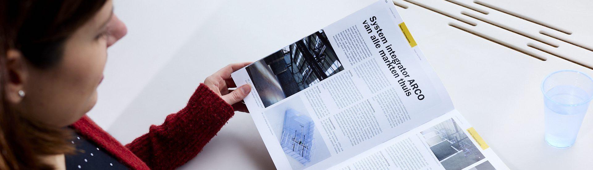 Persoon lezend in een tijdschrift