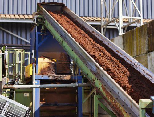 Compost op een transportband