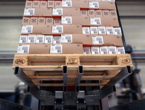 Pallet met gestapelde dozen