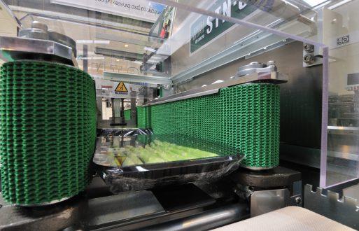 Groene asperges op een stretchwrapper