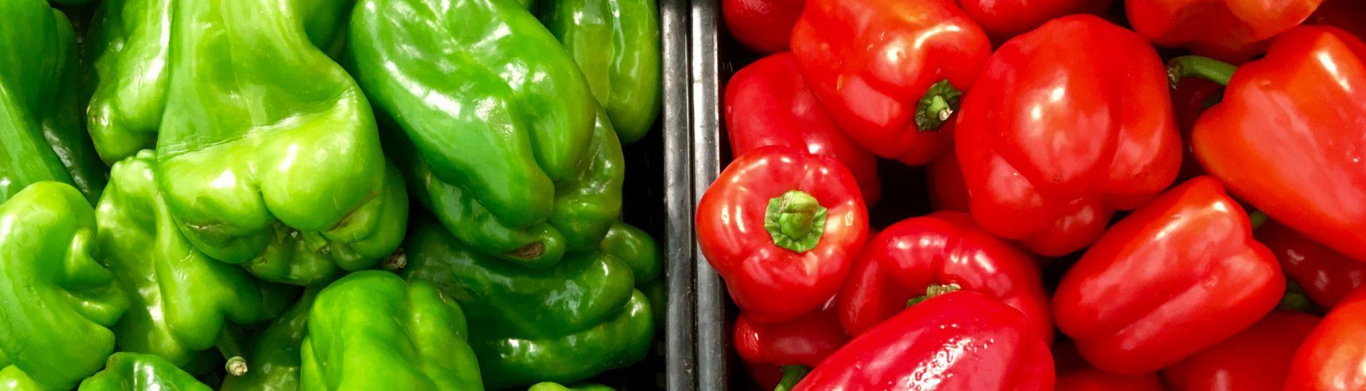 Groene en rode paprika